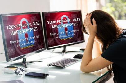 Frau sitzt vor verschlüsseltem PC