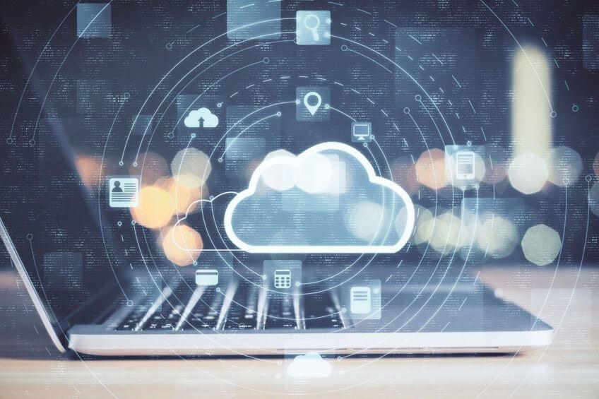 Bild einer Wolke (Cloud) über einem Laptop damit soll überwachtes Backup Management verdeutlicht werden