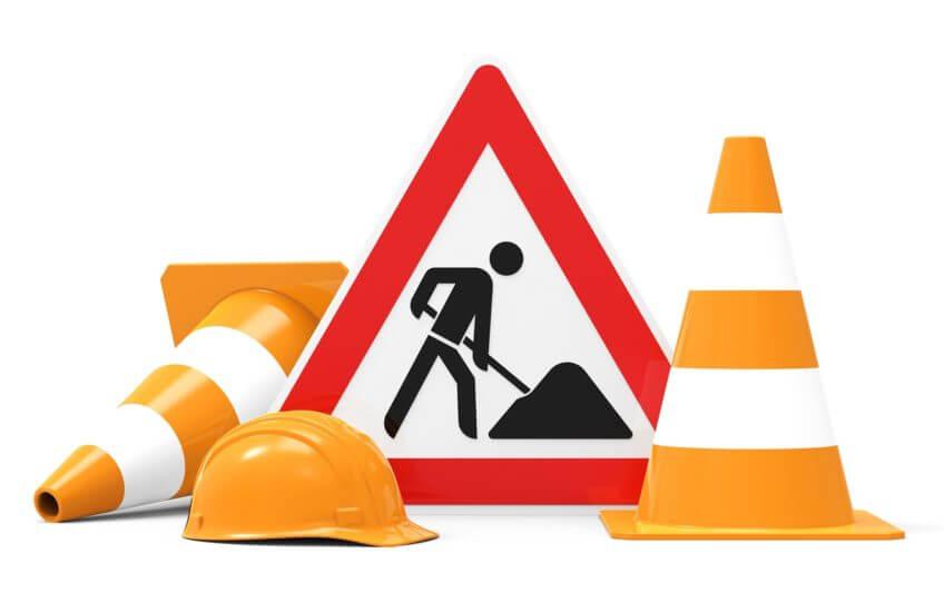 Arbeiterhelm vor Baustellenschild