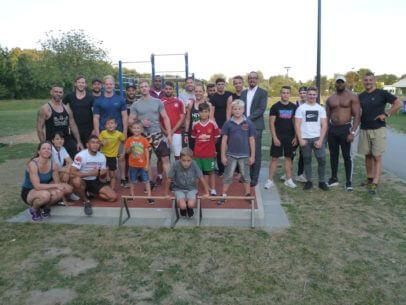 Gruppe von Sportlern auf Sportanlage