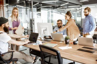 Mitarbeiter an Computern