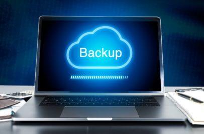Backup in einer Cloud über einem Laptop