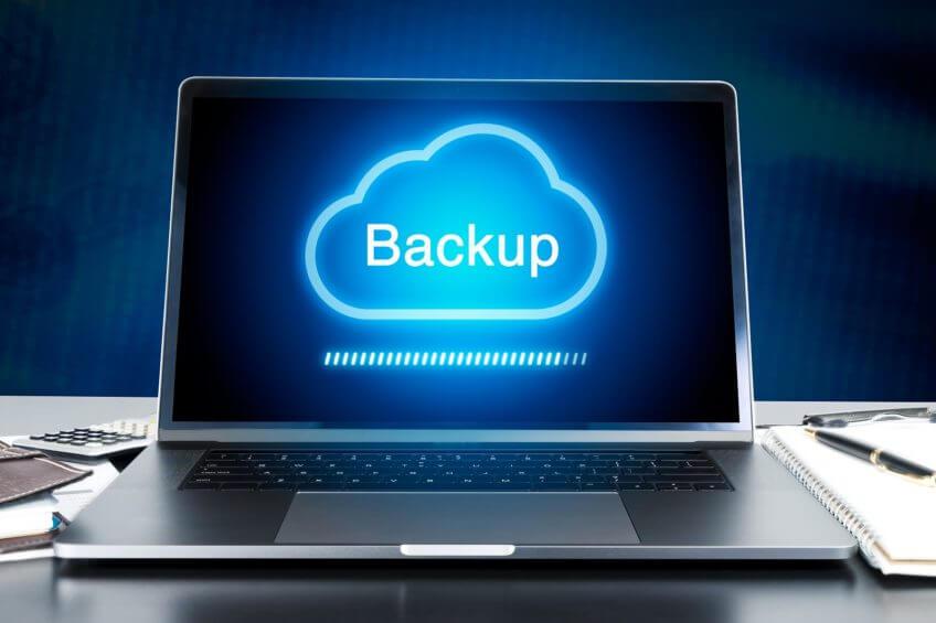 Cloud-Backup Symbol auf einem Laptop Display