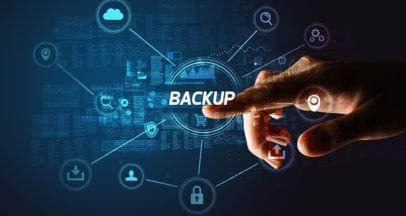 Finger tippt auf Backup Zeichen Datensicherung im Unternehmen