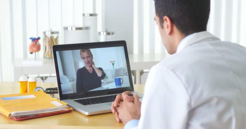 Arzt bei einer digitalen Sprechstunde - KBV IT-Sicherheitsrichtlinie