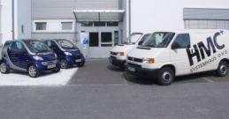 Fahrzeuge vor Firmengebäude