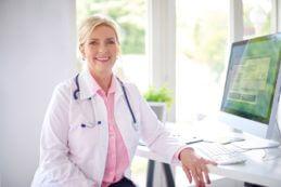 Ärztin vor Computer - digitale Praxis