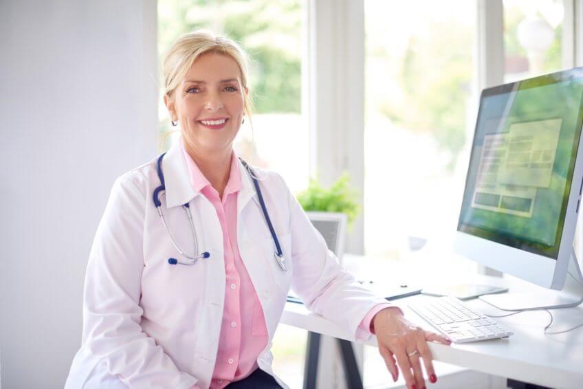 Ärztin vor Computer - digitale Praxis - KBV IT-Sicherheitsrichtlinie