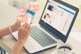Smartphone und Notebook beim Social Media Management