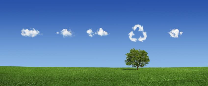 Wolken über grüner Landschaft als Symbol für Umwelt