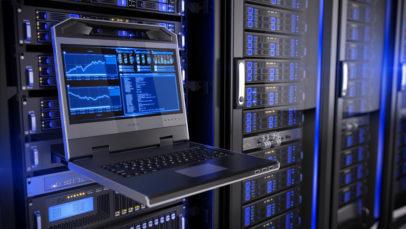 Ansicht eines Laptops vor einem Serverschrank