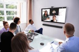 Personen sitzen im Konferenzraum um ein ThinkSmart System