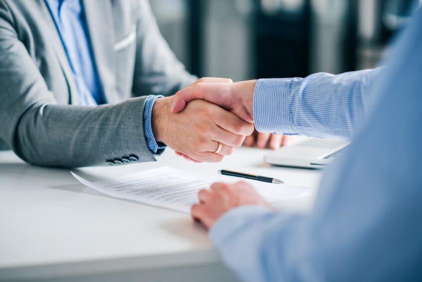 Händeschütteln über Servicevertrag