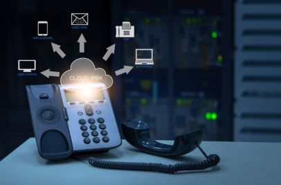 Telefon am PC mit Cloud Symbol