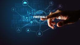 Finger zeigt auf Begriff Firewall