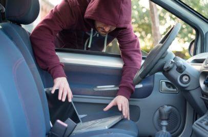 Man mit Kapuze stiehlt Notebook - hoffentlich hat es eine Full Disk Encryption
